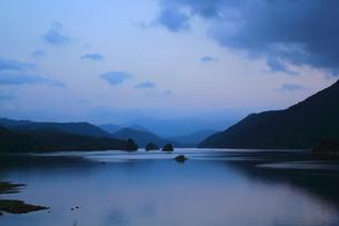 夕暮れの秋元湖の写真素材 [FYI00179734]
