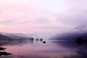 朝もやの秋元湖の写真素材 [FYI00179735]