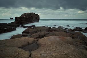 波を受ける突き出た岩の写真素材 [FYI00179763]