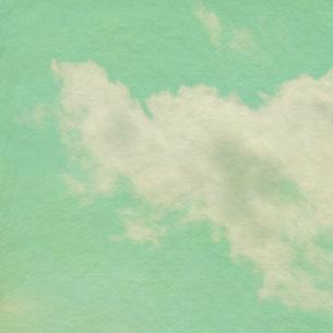 黄緑色の空に浮かぶ雲の写真素材 [FYI00179794]
