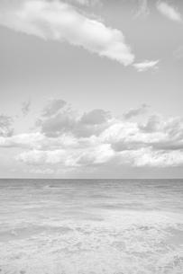 明るい空と雲と海の写真素材 [FYI00179798]