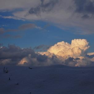 雪の丘の上の夕焼け雲スクエアの写真素材 [FYI00179829]