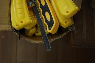 黄色いのこぎりの入った箱の写真素材 [FYI00179880]