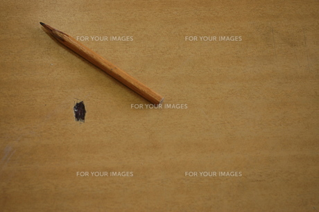 傷のある机の上の鉛筆の写真素材 [FYI00179881]