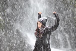 雪にも負けずの写真素材 [FYI00179896]
