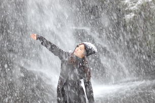 雪をつかまえての写真素材 [FYI00179899]