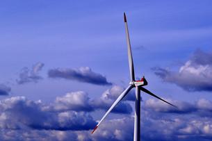 風車と雲の素材 [FYI00179948]