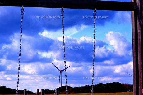 ブランコの間から風車の写真素材 [FYI00179958]