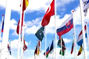 青空の万国旗の写真素材 [FYI00180237]