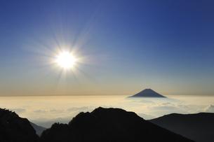 朝陽と雲上の富士山♪の素材 [FYI00180265]