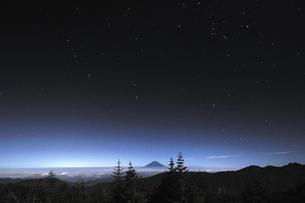 星と雲上の富士山♪の写真素材 [FYI00180280]