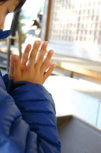 神社に参拝する少年の写真素材 [FYI00180293]