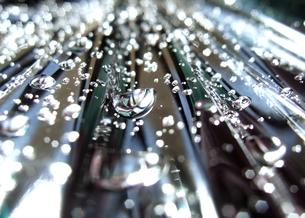 滑り落ちる水滴の写真素材 [FYI00180360]
