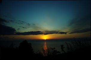 朝日の昇る海と空と雲の写真素材 [FYI00180368]