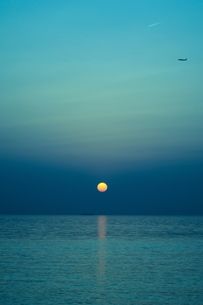 海と月と飛行機との写真素材 [FYI00180374]