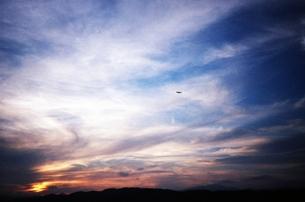 飛行機と大きい空の写真素材 [FYI00180405]