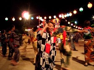 楽しい盆踊りの写真素材 [FYI00180426]