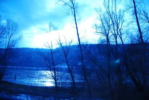 ドイツ ザンクトゴアハウゼン周辺 川沿い(青い世界)の写真素材 [FYI00180558]
