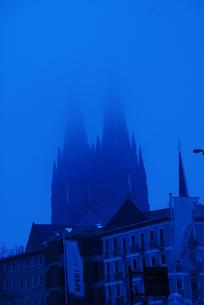 ドイツ 靄がかかるケルン大聖堂(青い世界)の写真素材 [FYI00180570]