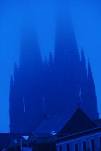 ドイツ 靄がかかるケルン大聖堂(青い世界)の写真素材 [FYI00180591]