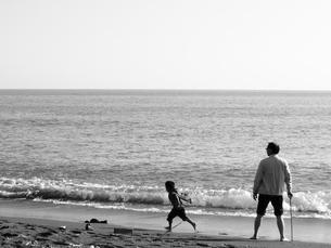 祖父と孫の海岸散歩の写真素材 [FYI00180768]