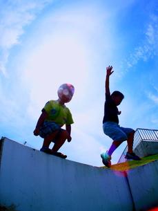 塀から飛び降りるこどもの写真素材 [FYI00180781]