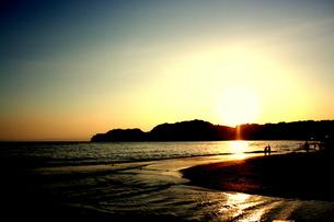 由比ヶ浜の夕日の写真素材 [FYI00180810]