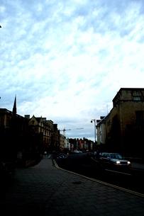 オックスフォードの青空と大通りの素材 [FYI00180821]