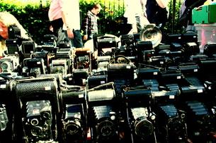 古いカメラを売る露店の写真素材 [FYI00180828]
