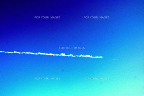 青空を横切る飛行機の素材 [FYI00180871]