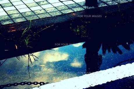 水たまりに写る雲と空の素材 [FYI00180874]