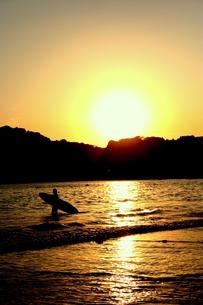 サーファーと夕日の素材 [FYI00180879]