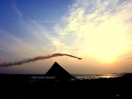 テントを飛び越える飛行機の写真素材 [FYI00180881]