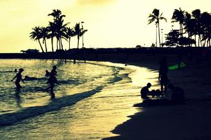 夕焼けに照らされた波打ち際の写真素材 [FYI00180897]