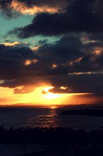 雲間から抜け出す夕日の写真素材 [FYI00180908]