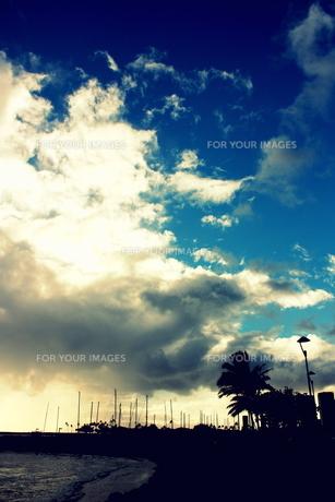 青空と忍び寄る巨大な雲の素材 [FYI00180909]