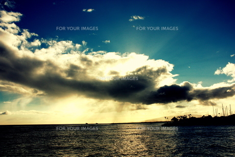 ハワイの海にかかる雨雲と漏れる太陽光の素材 [FYI00180910]