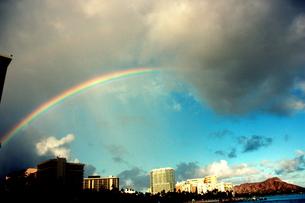 ハワイの街とダイヤモンドヘッドの上にかかる虹の素材 [FYI00180912]