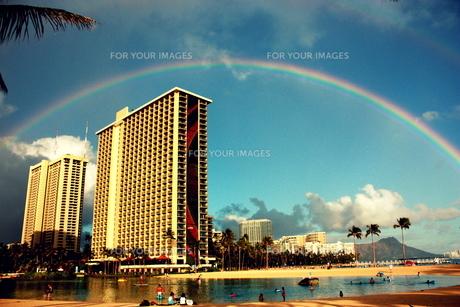 ハワイの空にかかる虹の素材 [FYI00180913]