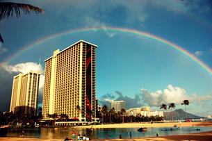 ハワイの空にかかる虹の写真素材 [FYI00180913]