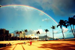 ダイヤモンドヘッドにかかる虹の写真素材 [FYI00180914]