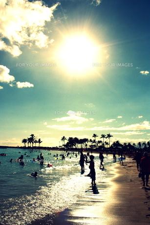 ワイキキビーチの太陽と人々のシルエットの写真素材 [FYI00180920]