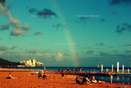 ビーチに落ちる虹の素材 [FYI00180922]