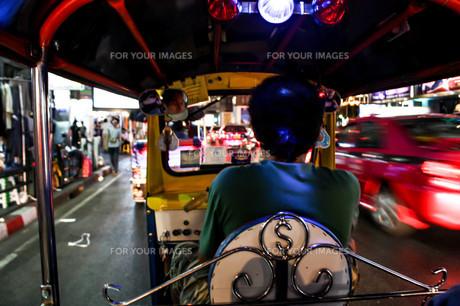 バンコクでトゥクトゥクに乗るの写真素材 [FYI00180965]