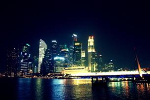 シンガポールのビル群の夜景の写真素材 [FYI00180969]