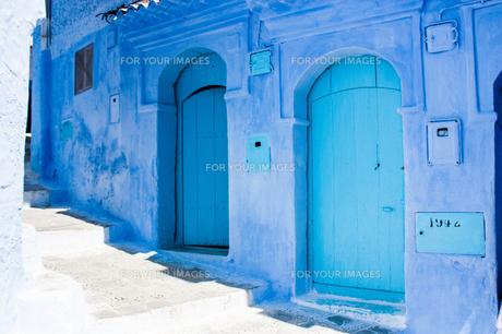 モロッコ シャウエンの青いドアの素材 [FYI00180995]
