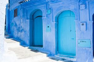 モロッコ シャウエンの青いドアの写真素材 [FYI00180995]