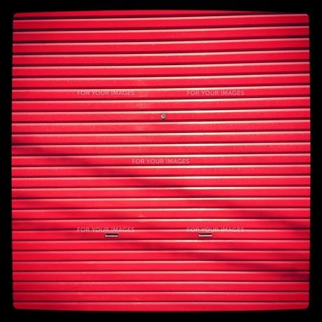赤いシャッターの写真素材 [FYI00181196]