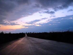 夜明けの空と道の写真素材 [FYI00181681]