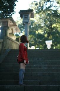 女と階段の素材 [FYI00185677]